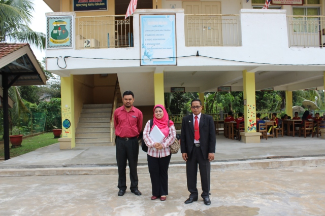 The head-teacher, Dr Siti and Mohd Faizul Ramli (R-L)