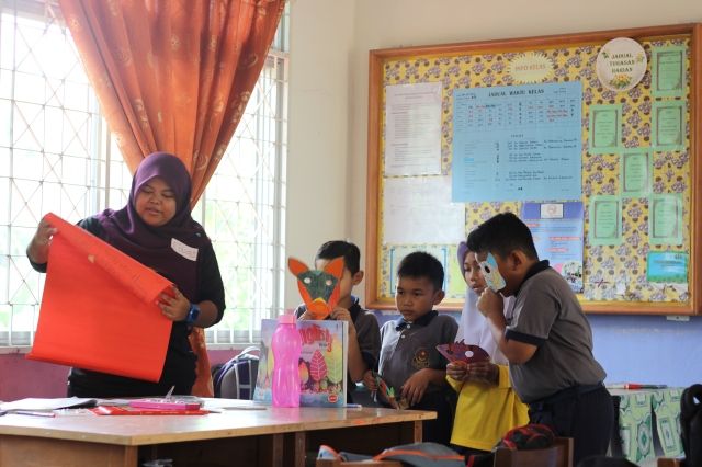 Nurina explains the details of the activity in Class 3