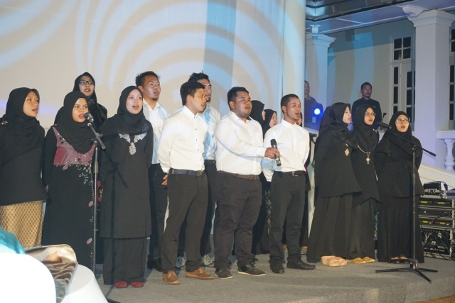 UPM students performing at the dinner nite for Her Royal Highness (Photo: Batik and Bubbles http://batikandbubbles.com/)